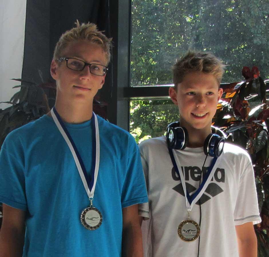 Manuel Genster (links) mit seiner Silbermedaille über 200m Freistil
